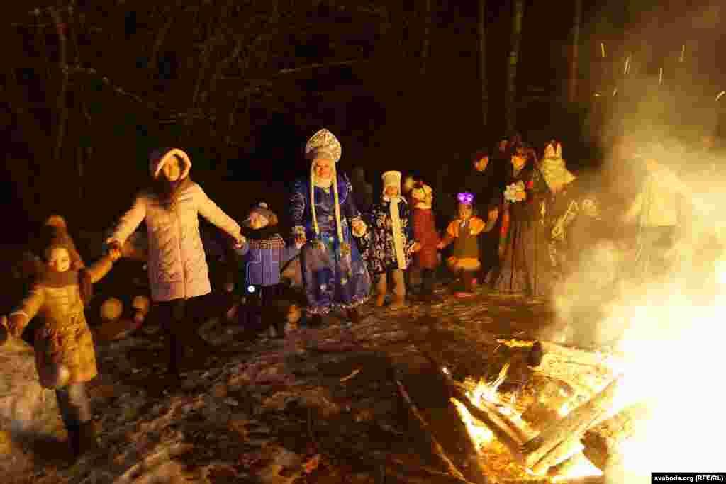 مردم بلاروس دور آتش جمع شدهاند تا، برقصند، با بچهها خوش بگذرانند، لبی تر کنند و به سال نو سلام گویند.