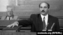 Аляксандар Лукашэнка прымае прысягу пасьля першага абраньня на пасаду прэзыдэнта. Архіўнае фота, 1994 год