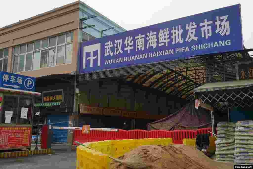 Вірус поширився з ринку морепродуктів. Нині сам ринок зачинений і огороджений поліційною стрічкою
