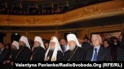 Митрополит Володимир приймає вітання в оперному театрі