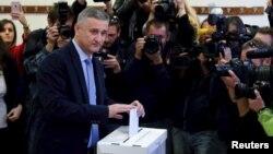 Голова Хорватського демократичного союзу Томислав Карамарко голосує на виборах, Загреб, Хорватія, 8 листопада 2015 року
