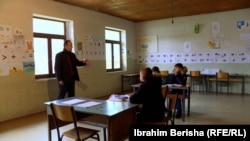 Mësuesi Osman Ahmeti me vetëm tre nxënës në klasë.