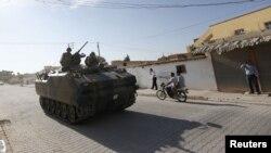 Тенк патролира на границата меѓу Турција и Сирија