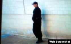 Охранник рядом с домом, где, как утверждает Гульнара Каримова, она содержится под домашним арестом