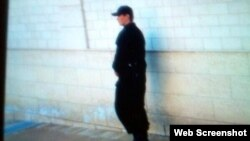 Гулнора Каримовани уйидан чиқармай қўриқлаётгани иддао қилинаётган кишилардан бирининг фотосурати (Твиттердан олинди).