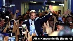 Lider Nove demokratije Kiriakos Micotakis sa pristalicama ispred sedišta svoje partije