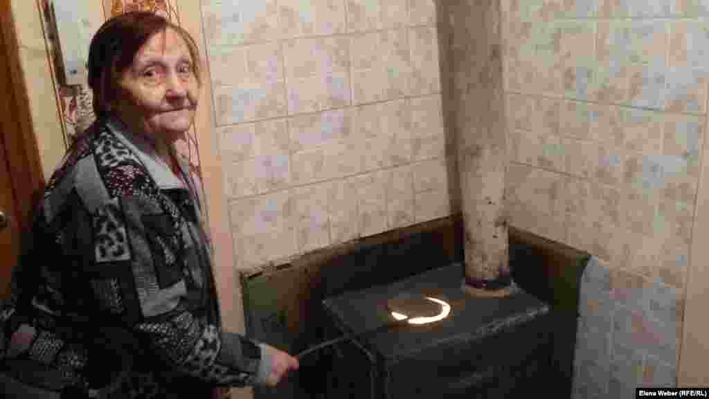 80-летняя Галина Осипова живет в многоэтажном доме в поселке Шахан и отапливает свою квартиру самодельной печкой-буржуйкой. По такому принципу свои квартиры отапливают почти все жители этого поселка. Карагандинская область, 10 января 2017 года.