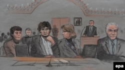 Pamje nga një skicë artistike e procesit kundër të akuzuarit Dzokhar Tsarnaev (i dyti nga e majta)