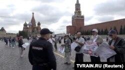 Кремль ёнида пикет ўтказган қримтатарлари.