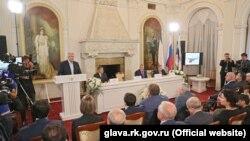 Российский глава Крыма Сергей Аксенов выступает перед участниками «Форума друзей Крыма»