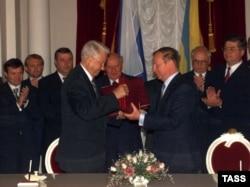 Президенти України (праворуч) та Росії (ліворуч) під час процедури підписання Договору 31 травня 1997 року