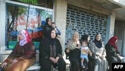 زنان آواره عراقی در انتظار اتوبوس سوریه (عکس: AFP )