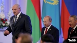 Президент Беларуси Александр Лукашенко, президент России Владимир Путин и президент Казахстана Нурсултан Назарбаев (слева направо) после подписания соглашения о создании Евразийского экономического союза. Астана, 29 мая 2014 года.