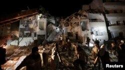 Civilët dhe pjesëtarët e ekipeve të shpëtimit duke kërkuar për persona të mbijetuar nën gërmadhat e sulmeve ajrore për të cilat ka dyshime se janë kryer nga Rusia