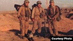 Иран-Ирак соғысына қатысушы қазақтар бекініс маңында. Сурет жеке архивтен алынды.