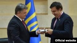 Президент Украни Петро Порошенко і новий голова Одеської обласної державної адміністрації Міхеїл Саакашвілі. Одеса, 30 травня 2015 року