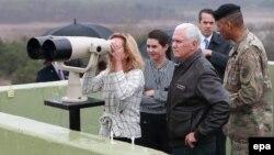 Вице-президент США Майк Пенс наблюдает за Северокорейской стороной на южной стороне демилитаризированной зоны