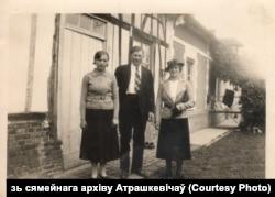 Станіслаў Атрашкевіч з жонкай Аленай і жонкай гаспадара фэрмы ў Францыі, дзе яны працавалі