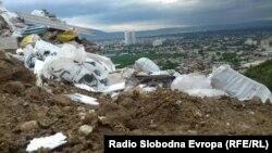 """Дива депонија во Скопје, на патот меѓу населбите Кисела Вода и Сопиште, на местото познато како """"Теферич."""""""