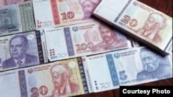 Банкноты номиналом пять, десять, двадцать и сто сомони.
