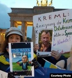 Українські учасники акції «Зупинити Путіна. Зупинити війну»(фото Тетяни Летаїв)