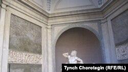 Туристы слушают рассказ гида о знаменитой статуе «Лаокоон и его сыновья». Музей Пия-Климента. Ватикан. 21.12.2010. TCh.