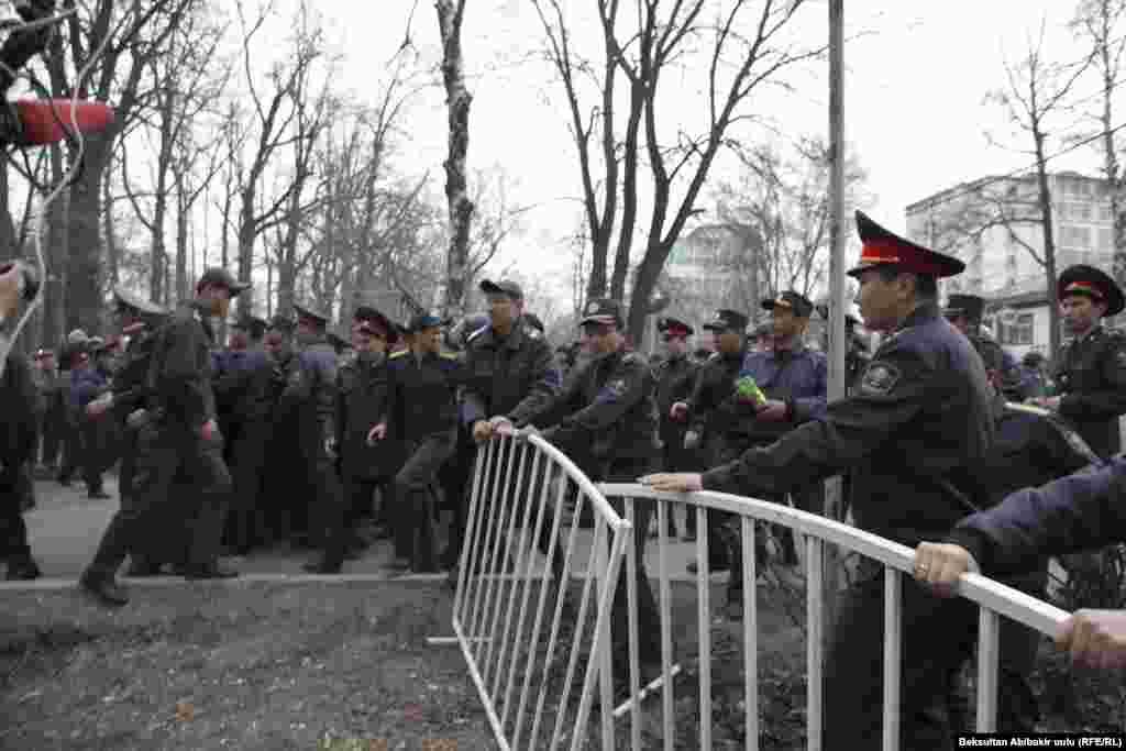 Митингчилер милиция кызматкерлери менен тирешип, аларды жарып өтүп имаратка кирүүгө аракеттенди.
