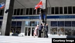 Боевики меняют флаг на ДонНУ