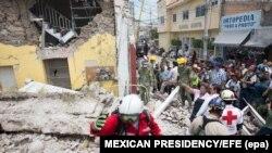 Spasilačke ekipe pretražuju preživjele pod ruševinama, Meksiko