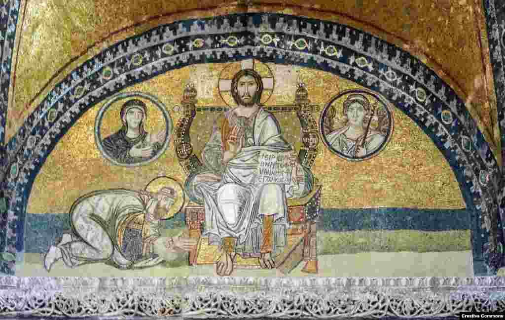Мозаїка (9-го чи 10-го століття) із зображенням Ісуса, який сидить та тримає книгу з написом «З миром. Я світло світу»