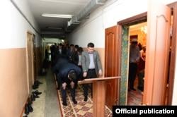 У входа в мечеть в здании парламента Кыргызстана.