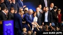 Премьер-министр Израиля Биньямин Нетаньяху в окружении сторонников.