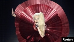 Lady Gaga MTV Europe Music Awards mərasimində mahnı ifa edir. 6 noyabr, 2011