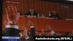 Депутати з більшості голосують на засіданні на вулиці Банковій