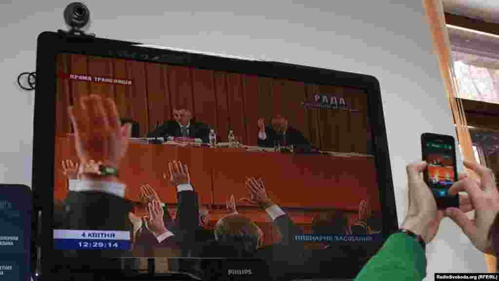 Депутати з більшості голосують на засіданні, яке вони проводять у будинку комітетів парламенту на Банковій, 4 квітня 2013 року.