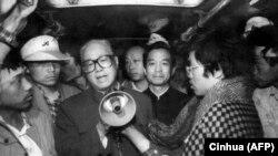 Чжао Цзиян (в центре) обращается через мегафон к участникам манифестации на площади Тяньаньмэнь в Пекине. 19 мая 1989 года.