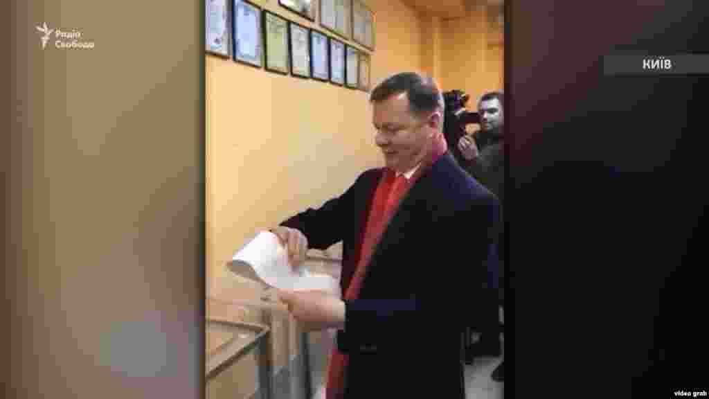 Кандидат Олег Ляшко під час голосування у Києві