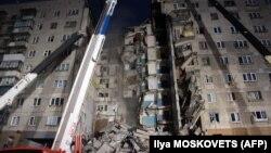 На месте взрыва жилого дома в Магнитогорске работают службы спасения