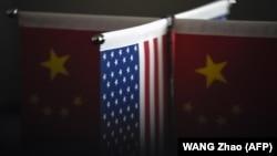 Флаги США и Китая. Иллюстративное фото.