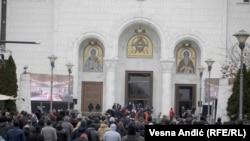 Tokom obreda sahrane vernici su se okupili i ispred hrama Svetog Save gde su palili sveće