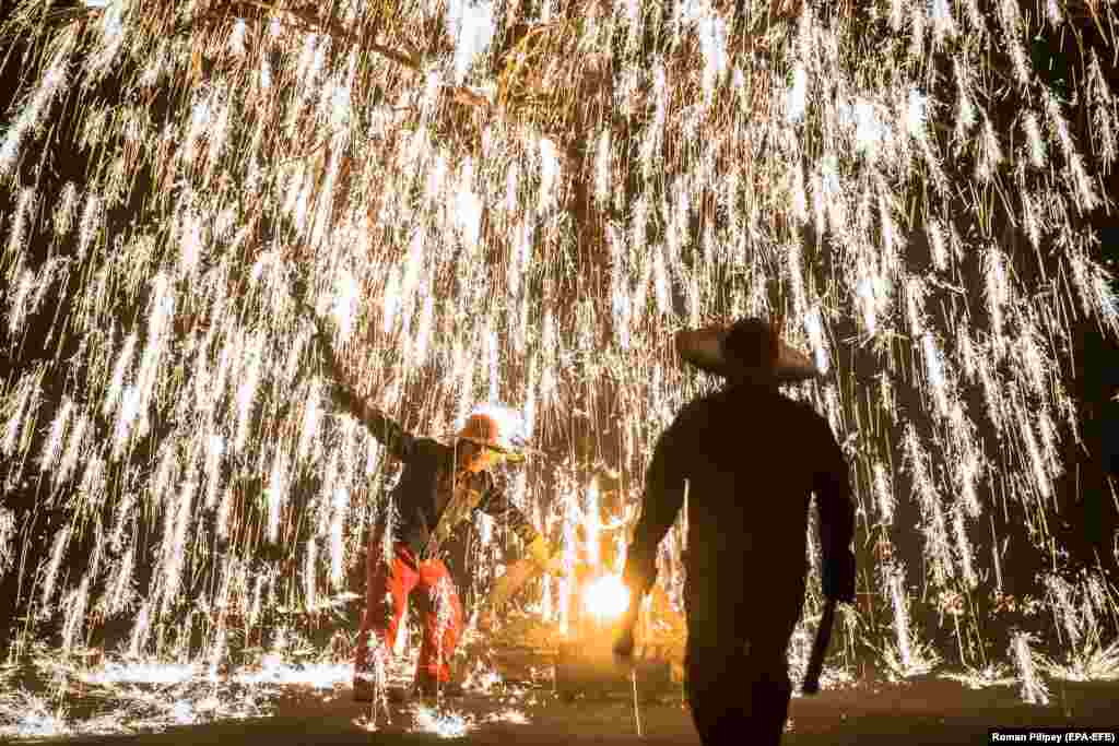 Artists perform with molten metal near the Badaling Great Wall, in the Yanqing district of Beijing, China. (epa-EFE/Roman Pilipey)