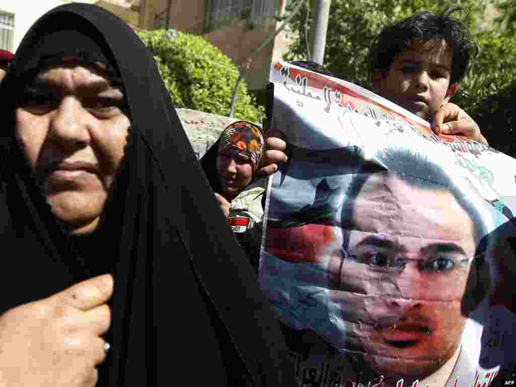 Родственники журналиста Мунтазера аль-Зайди, приговоренного сегодня к 3 годам тюрьмы за бросок ботинков в Джоржа Буша, у здания суда в Багдаде