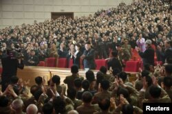 """Ким Чен Ын с супругой Ли Соль Чжу на концерте группы """"Моранбон"""" в Пхеньяне. 2014 год"""