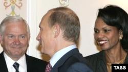 Владимир Путин приветствует Кондолизу Райс и Роберта Гейтса в Москве