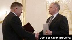 Президент Словакии Андрей Киска (справа) принял отставку премьер-министра Роберта Фицо, Братислава, 15 марта 2018 года