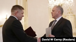 Прем'єр Роберт Фіцо (ліворуч) подає прохання про відставку президентові Словаччини Андрею Кісці. Братислава, 15 березня 2018 року.