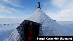 """Žena iz autohtone zajednice """"Yamb To"""" (Dugo jezero) u Nenetskoj autonomnoj oblasti, Rusija, mart 2018."""