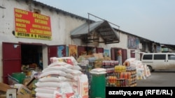 """Склады с продуктами питания на рынке """"Алаш"""". Шымкент, 6 мая 2014 года."""