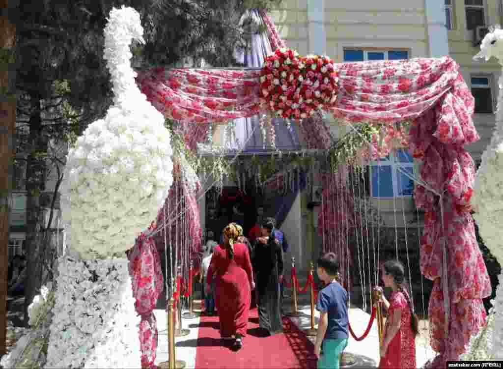 Свадебная декорация подъезда жилого дома