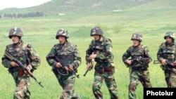 Հայաստան - Զինվորները զորավարժությունների ժամանակ, արխիվային լուսանկար